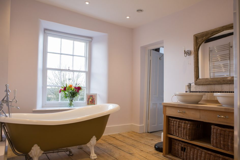 bathroom-free-standing-bath-Thrupp-yoga-retreat